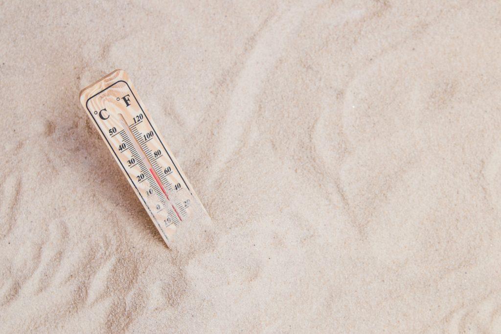 Thermometer im Sand - Hitze