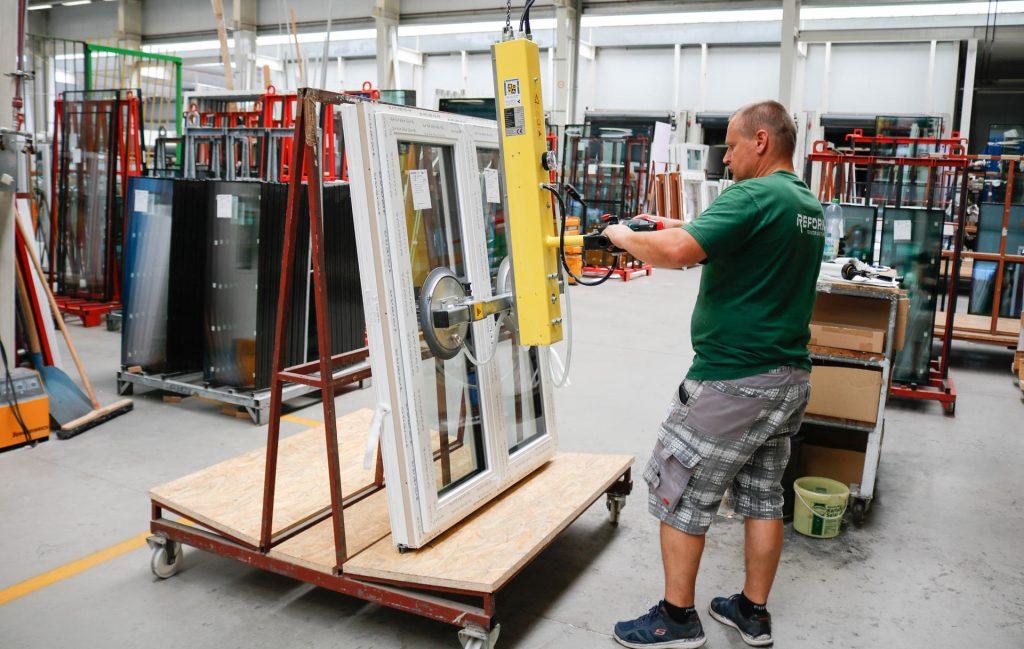 Produktion kunststofffenster: Glas einsetzen